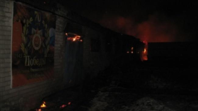 Четверо рабочих выносили пиломатериалы изгорящего цеха