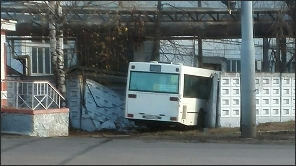 Встретились как-то автобус и забор...