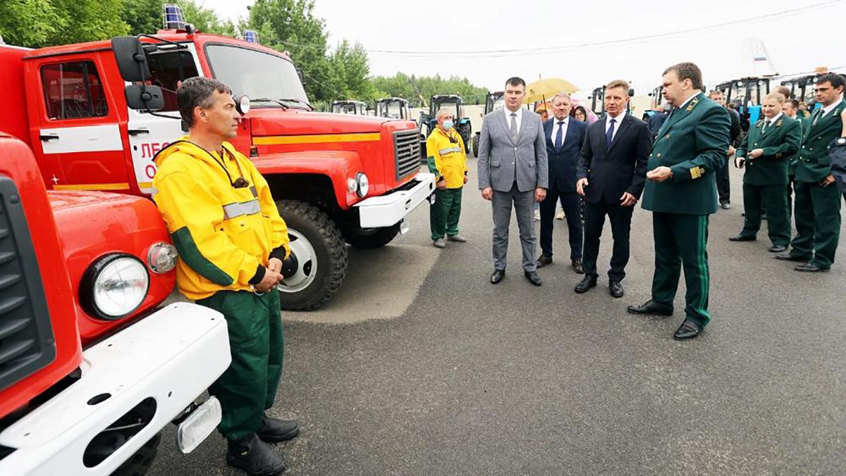 Вице-губернатор Роман Годунин, в отношении которого расследуют уголовное дело, вместе с губернатором передал Владлесхозу ключи от новой техники