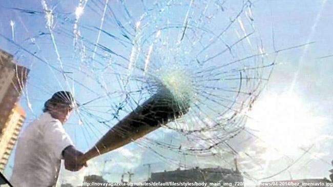 ВГусь-Хрустальном трое молодых людей изхулиганства разбили стекло иномарки