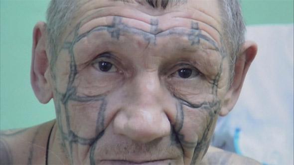 Татуировка клетка на лице